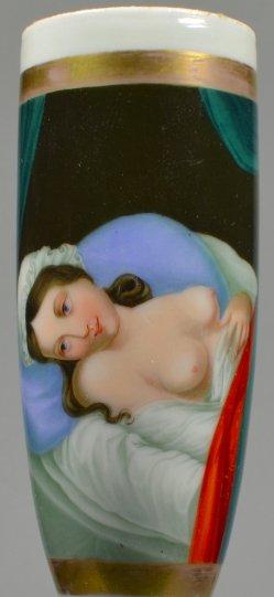 Im Bett mit entblößtem Busen, Porzellanmalerei, Erotik, Pfeifenkopf, D2139