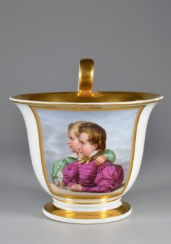 Zwei zur Seite blickende Kinder, Porzellanmalerei, Tasse, D2147