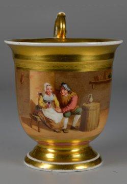 Bauernpaar auf einer Bank, Porzellanmalerei, Tasse, D2384