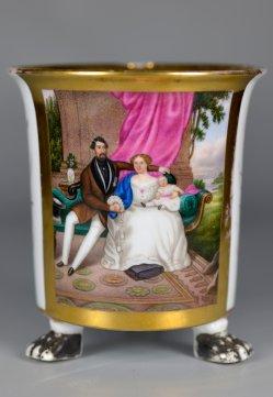 Familienidylle im Biedermeier,  Porzellanmalerei, Tatzenfu¯tasse, D2374